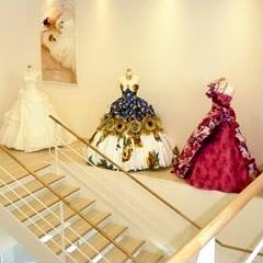 純白のウェデイングドレスから流行のカラードレスまで